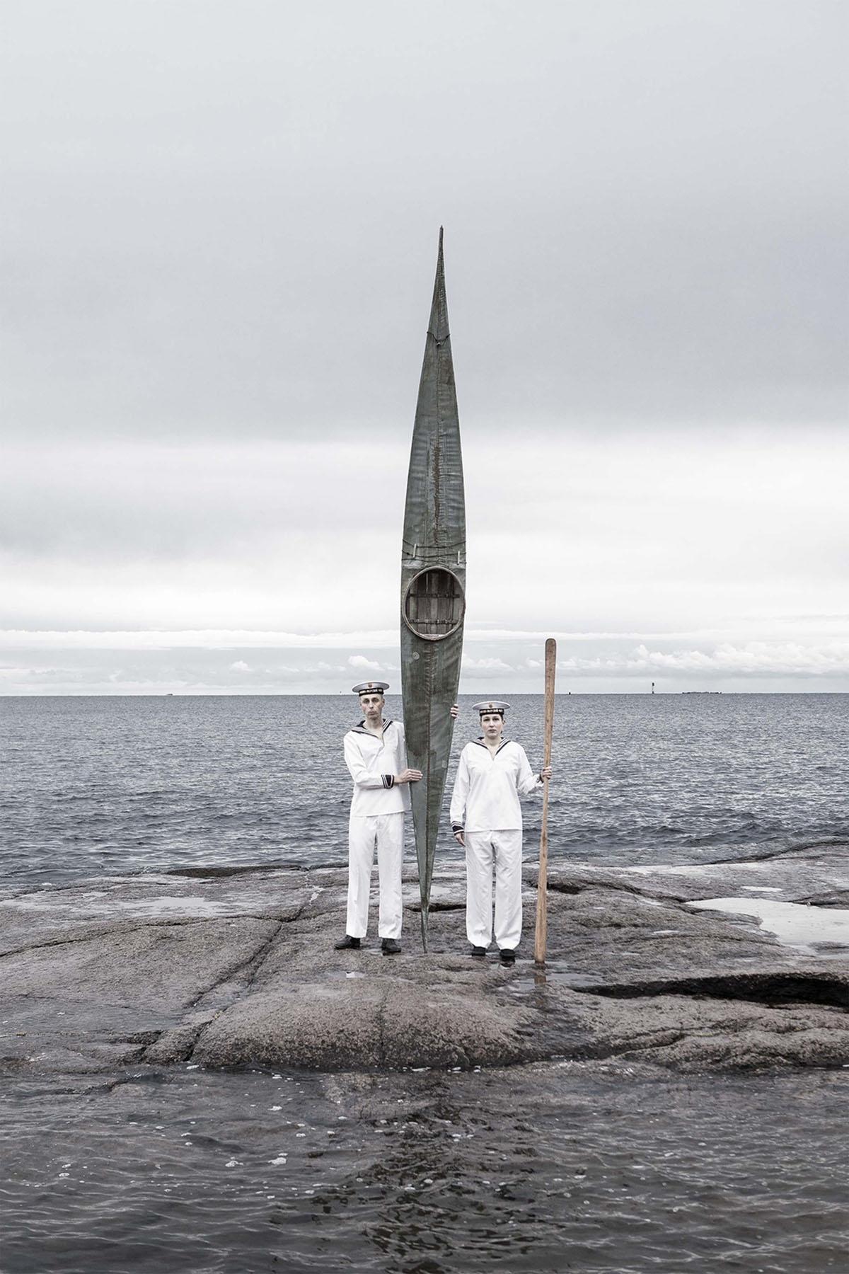 Leka ja Leka seisomassa meren rannalla